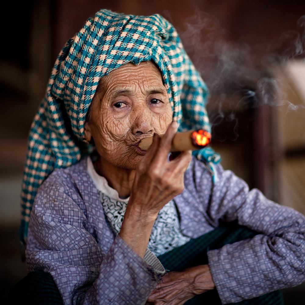 senhora fumando