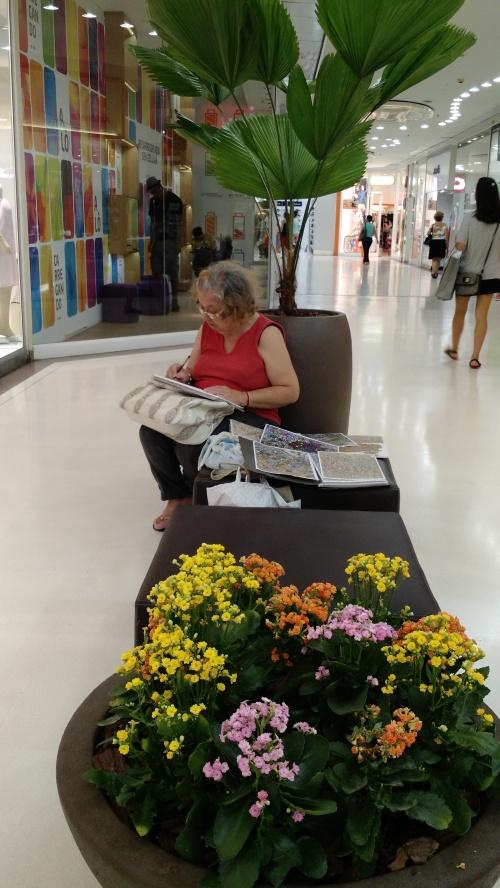 Senhora desenhando no Shopping